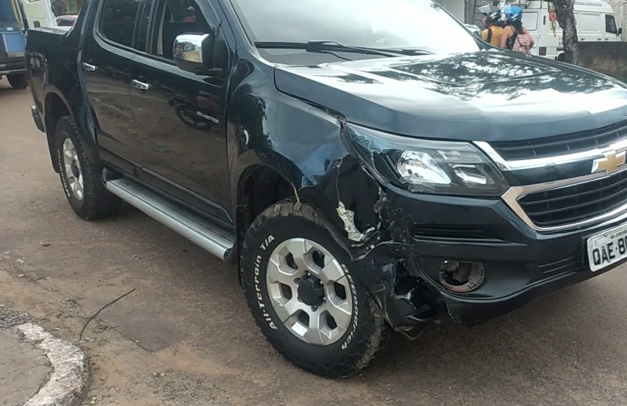 Carro sofreu danos mas condutor não se feriu