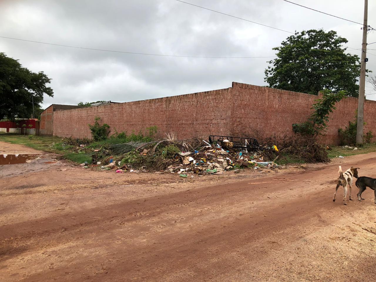 Lixo também toma conta das ruas, principalmente nos bairros