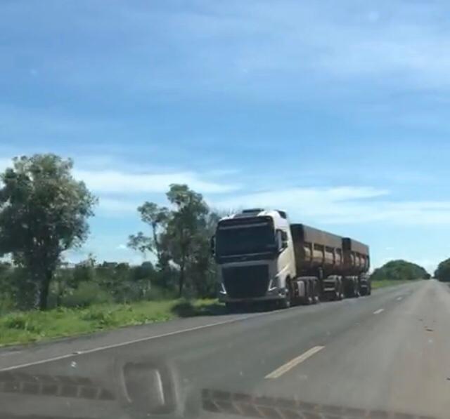 Caminhão quebrado na estrada