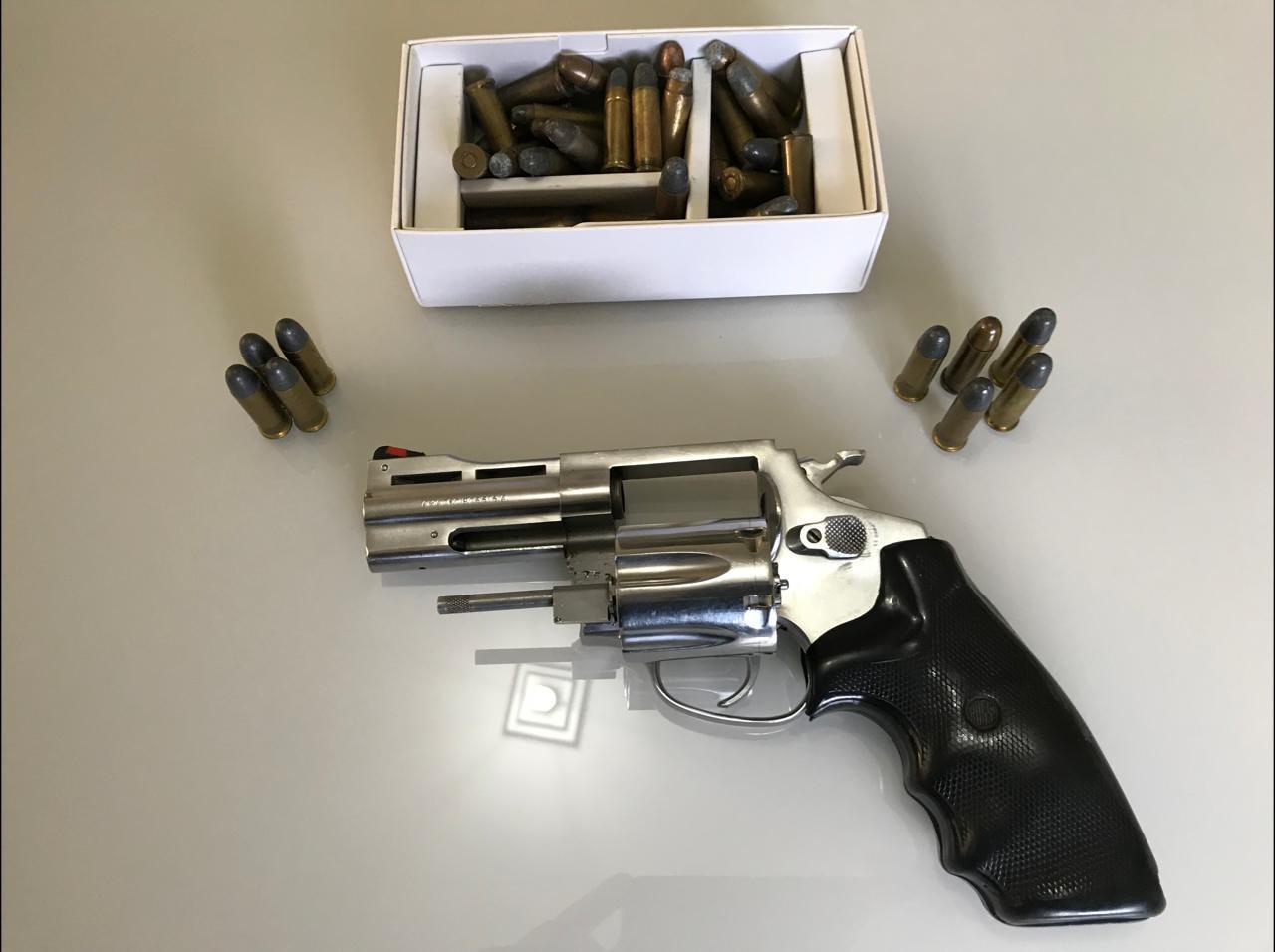 Armas e munições também foram apreendidas na casa dos criminosos