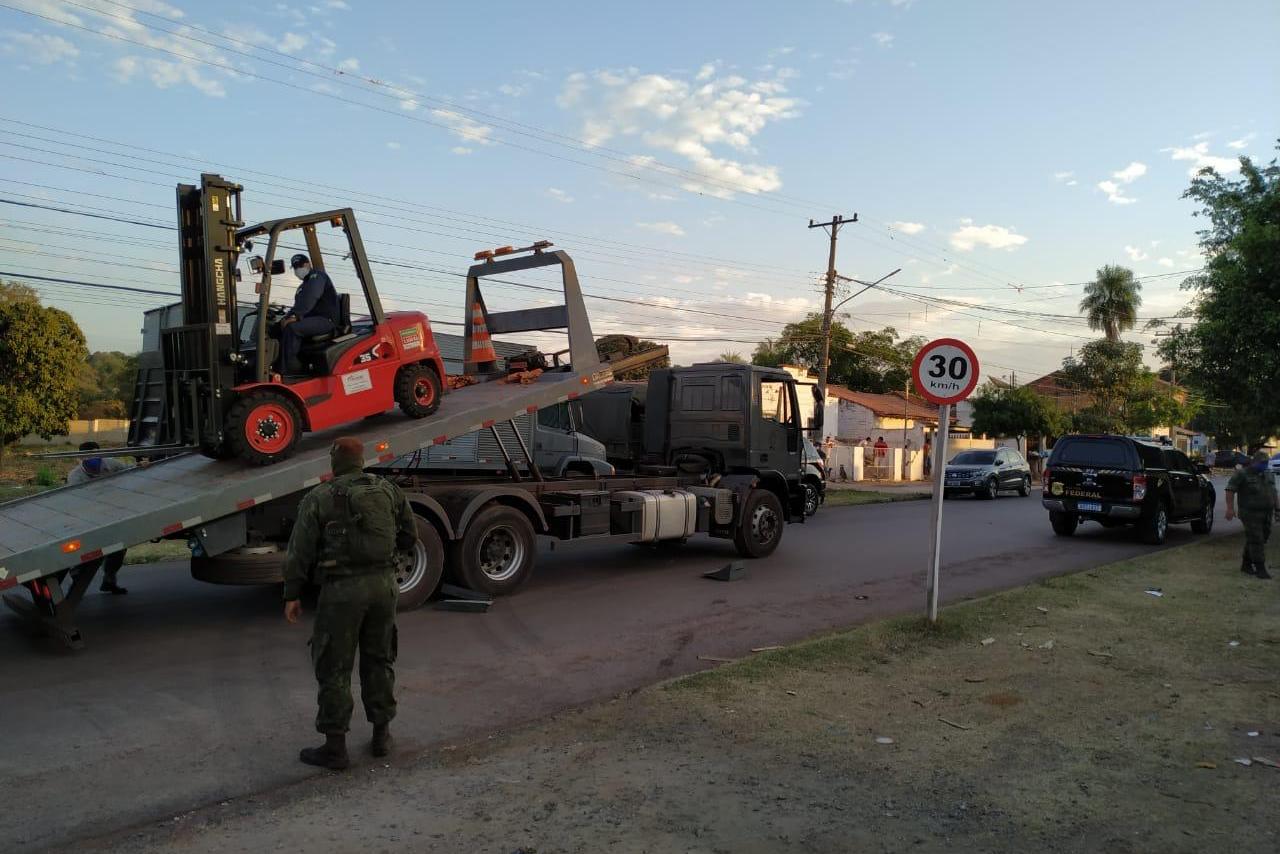 Cinco caminhões da Marinha do Brasil foram utilizados para transportar o produto químico.