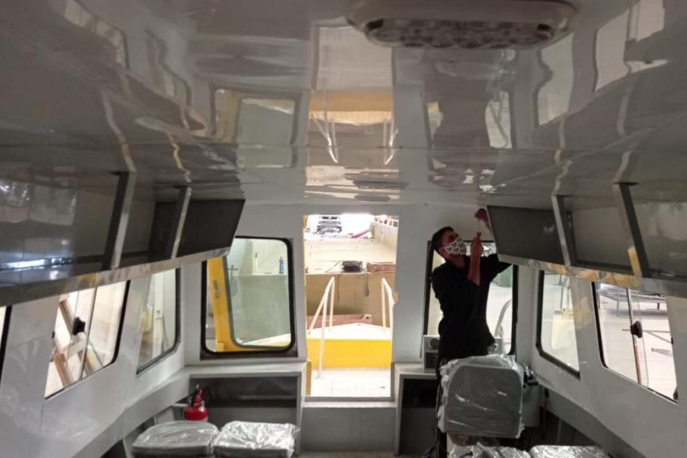 A embarcação possui capacidade para 16 pessoas mais um piloteiro.