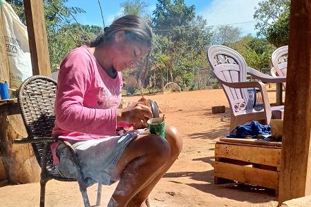 Artesãos indígenas trabalham acelerado para cumprir o prazo de entrega, em 16 de agosto.