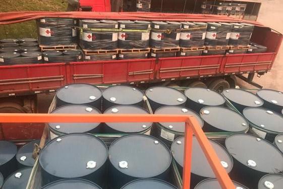 O solvente ilegal estava acondicionado em tambores de 200 litros distribuídos em cinco caminhões.
